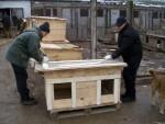Последний штрих - волонтеры Саша Tigris и Саша обивают крышу линолиумом